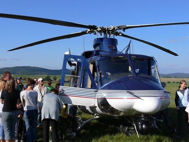 Policejní vrtulník při ukázce pro veřejnost.