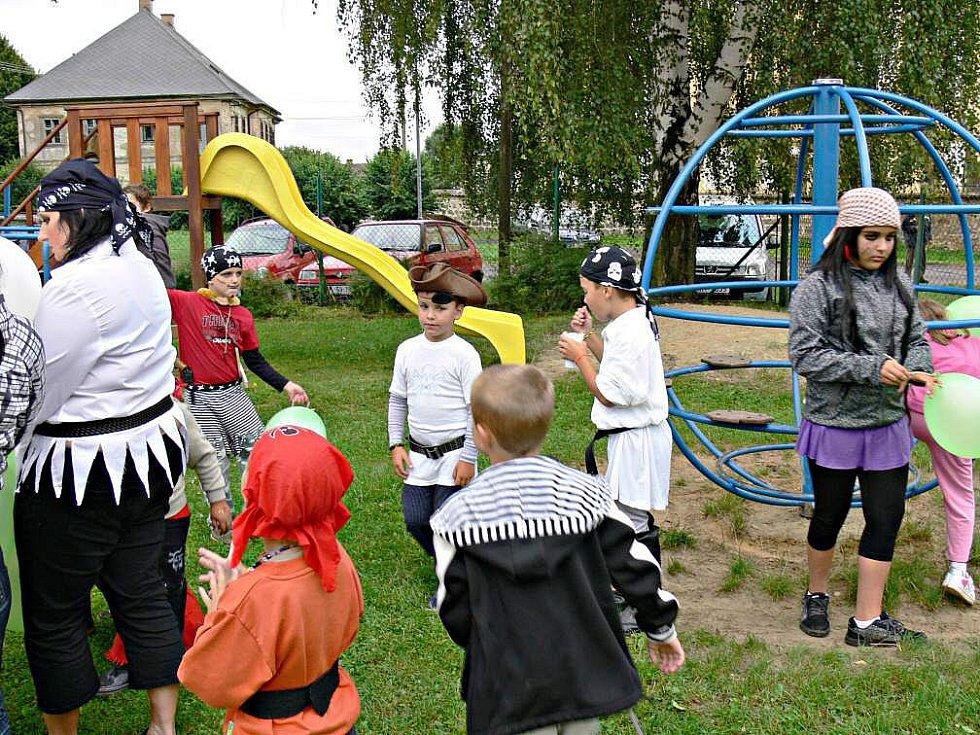 Ostružno: Děti i dospělí se v roli pirátů vydali za pokladem.