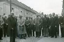 PAMĚTNÍ DESKA profesora Gustava Grusse byla odhalena v roce 1945, tedy 23 let po jeho smrti.