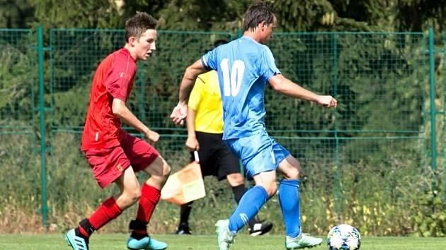 Takhle rozdával Michal Beránek (v modrém) fotbalovou radost během podzimního zápasu v Miletíně.