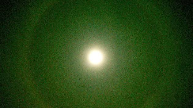 Zvláštní úkaz viditelnosti Měsíce.