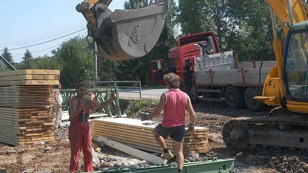 Opravy mostu v Chotči.