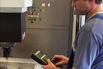 Stueken má asi 80 strojů. Hledá kvalifikované zaměstnance pro práci na elektroerozivním hloubicím stroji.