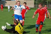 Nováček I. B třídy v úvodním zápase porazil Chlumec 1:0. Na snímku je zachycen domácí brankář Petr Brodský, spolu s kapitánem Pavlem Klabanem likvidují útočnou akci Jiřího Hanuše.