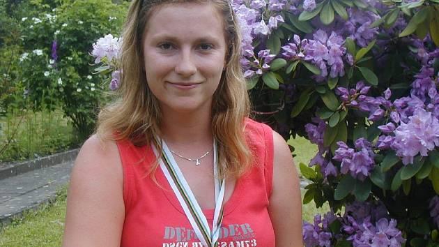 Stříbrná medaile vybojovaná v soutěži družstev Lence Hrdinové moc sluší.