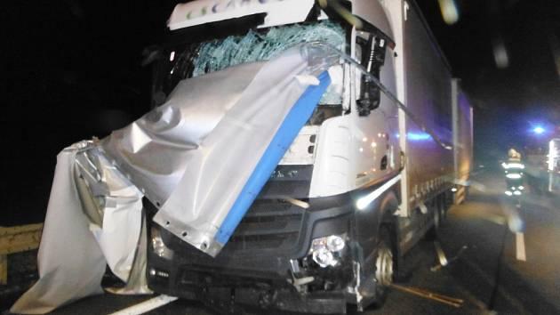 Na silnici I/35 kolem města Hořice se stala dopravní nehoda dvou nákladních automobilů a jedné dodávky.