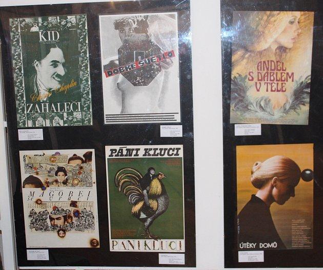 Vlomnickém muzeu je do 19.března přístupná ojedinělá výstava plakátů, záznamy městské kroniky, promítací zařízení, snímky umělců, na které je zachycen iVlasta Burian při svém zřejmě posledním vystoupení na veřejnosti.