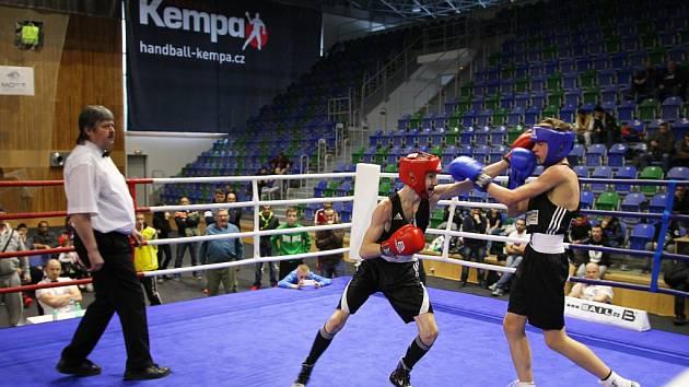Jičínský box zaznamenal na mistrovství České republiky významný úspěch. Na snímku František Bradáč (uprostřed) v souboji s Romanem Konečným.