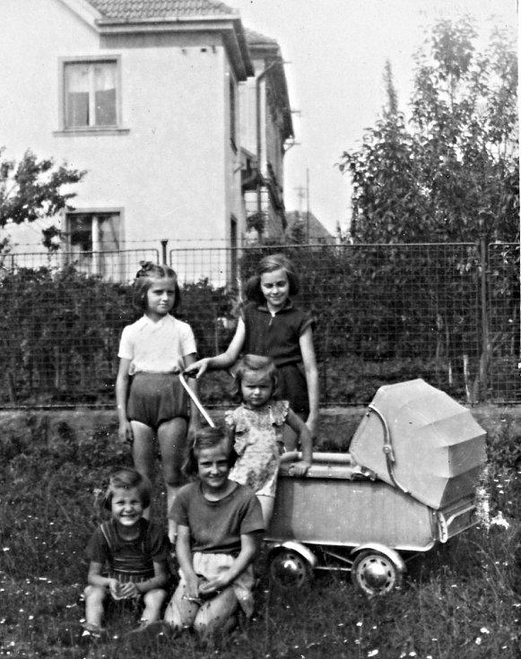 Mlýnecké kamarádky, moje srestra Eva, sestry Hana a Helenka Borovičkovy, Máíňa Marková, Dáša Válková 1958.