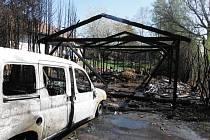 V Milovicích shořela pergola, hasiči zachránili dům.