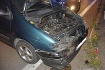 Z místa střetu dvou osobních aut.