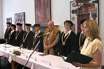 Akademičtí hodnostáři  a starosta Jičína Martin Puš naslouchají slibu nových bakalářů.