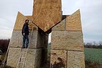 Stavba Obřího trpaslíka v Hořicích opět o kvádr pokročila.