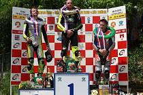 STUPNĚ vítězů třídy GP 125. Na bronzovém místě vpravo hořický závodník Oldřich Podlipný.