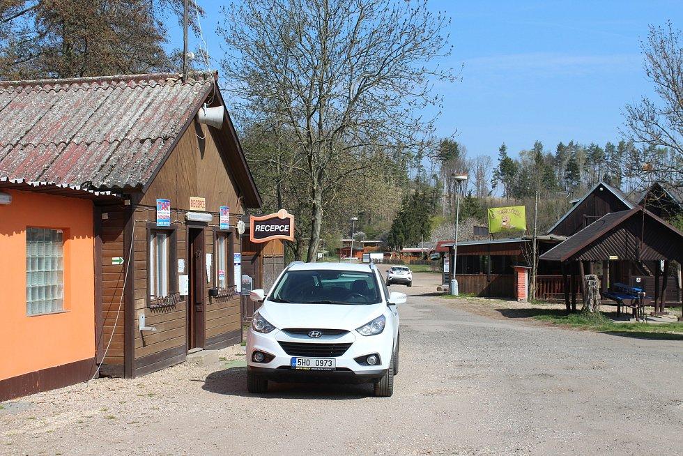 Jinolický autokemp Tomáše Hůly se připravuje na sezonu. Zatím se tu natírá, opravuje a přijímají se objednávky prvních dovolenkářů.