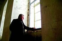 Zámek čeká ruční opracování okenních otvorů, protože jsou z kamene. Na fotografii to vysvětluje starosta Vladimír Mastník.