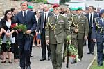 Vojenského pohřbu v Jičíně se zúčastnil také ministr Martin Stropnický.