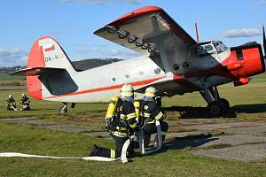 Nácvik zásahu integrovaných záchranných složek na vokšickém letišti při simulované letecké havárii.