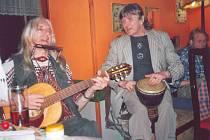 BRATŘI HOCHMANOVÉ, vlevo Bob, při jedné z mnoha společných  akcí.