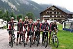 Tým Prasklej řetěz v Alpách.