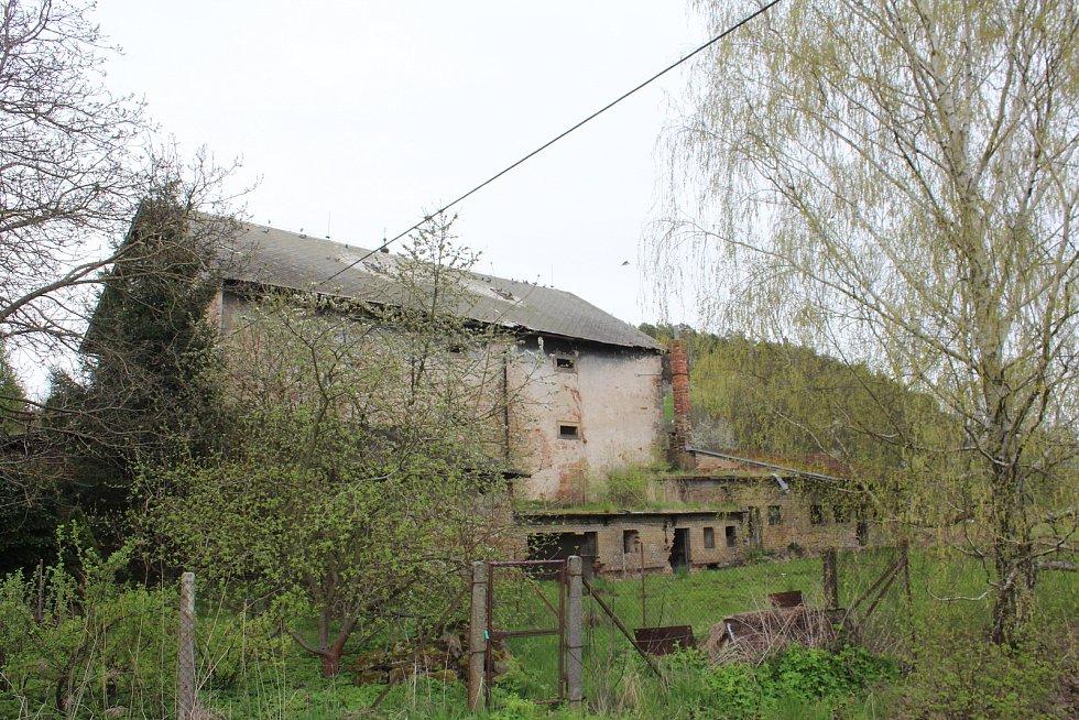 Ze středověké památky dnes zbyla jen oprýskaná sýpka.
