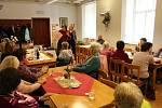 Hořický rodák a známý kouzelník Pavel Kožíšek zavítal na setkání místního klubu žen.