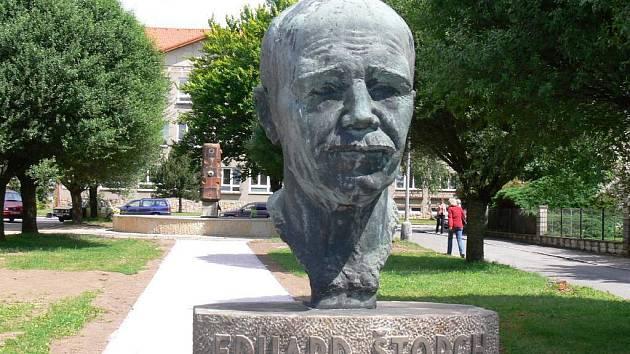 Pomník spisovateli Eduardu Štorchovi v Ostroměři.