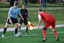 JIČÍNŠTÍ fotbalisté si upevnili druhou pozici v tabulce. Na snímku s míčem domácí útočník Michal Voldán.