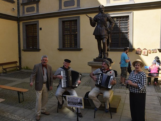 Prvomájové oslavy na jičínském náměstí, v parku i na nádvoří zámku.