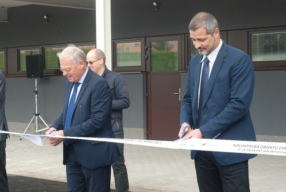 Novostavba venkovních šaten ve sportovním areálu v Jičíně byla dnes slavnostně završena.