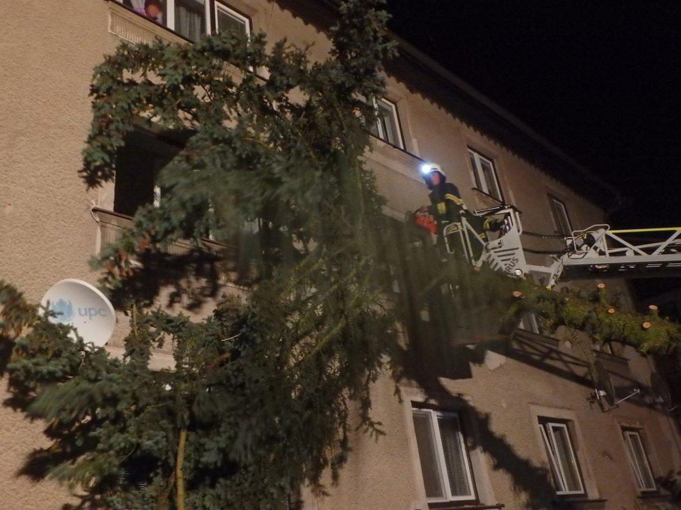 Následky noční bouřky likvidovali na mnoha místech v kraji hasiči.Náročnou službu měli hasiči zejména ve Rtyni v Podkrkonoší.