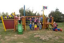 Děti z bystřické mateřinky na místním hřišti.