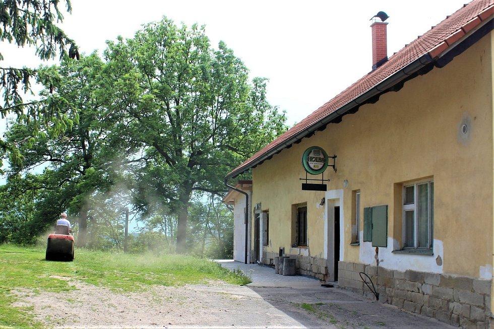Výsadní hostinec pochází z roku 1610. dnes jej spravují dobrovolní hasiči..