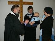Ze křtu v lomnickém Husově sboru.