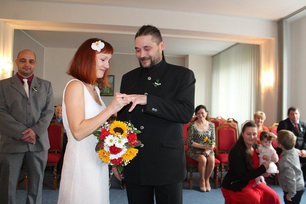 10.10. 2020, magické datum, které si vybrala řada snoubenců k uzavření sňatku. Seskupení čísel má přinést do vztahu optimismus, štěstí a dětí jako smetí.