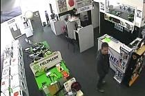 Podezřelí muži v prodejně zachycení kamerovým systémem.