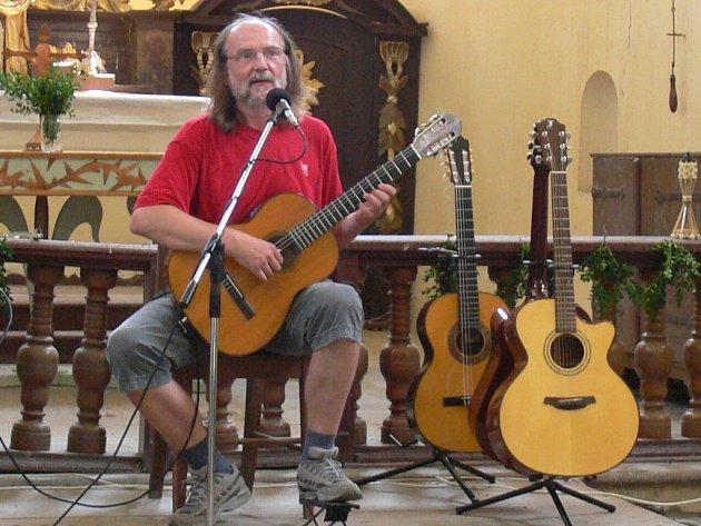 Koncert Slávka Klecandra v kostele.