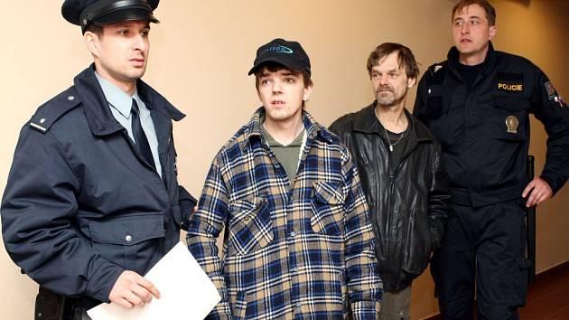 David Kostiha u soudu, za ním jeho otec.