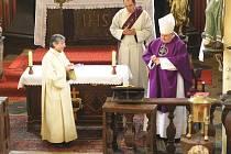 Mons. Dominik Duka v kostele v Nemyčevsi, vzadu jáhen ing. Čeněk Strašík.