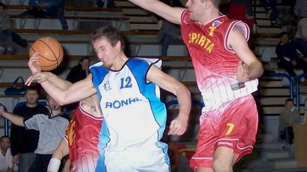 Ondra Horčičko (s číslem 12) zaznamenal v utkání proti Spartě nejvíce bodů domácího týmu.
