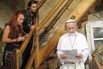 Závěsné divadlo: Den, kdy unesli papeže.