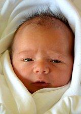 KRYŠTOF SMITKA se na svoje rodiče Martinu a Jakuba Smitkovy usmívá od 6. května, kdy se narodil s mírou 51 cm a váhou 3,68 kg. Doma v Jičíně se na Kryštofa těšila sestřička Karolína.