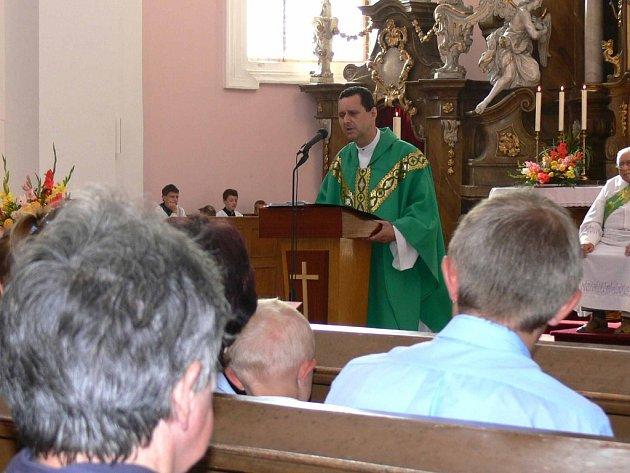 Pawel Szumilas při poslední bohoslužbě v jičínském kostele sv. Jakuba.
