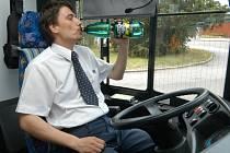 Dostatek tekutin potřebují v horkých dnech také řidiči.