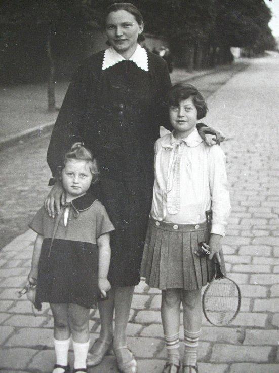 Německá vychovatelka Mitzi s Erikou a Evou. Foto: Paměti národa Východní Čechy