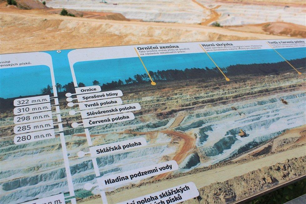 Pískovna v Újezdě pod Troskami je jedním z největších vývozců sklářských, slévárenských i stavebních písků u nás. Jejich písek se používá na výrobu skla, na sportoviště, pod koně, ale i do zubní pasty nebo pastelek.