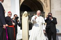 Papež František měl při generální audienci na náměstí svatého Petra v Římě po svém boku nejen unikátní dar v podobě sochy Svaté Anežky České, ale také českého kardinála Miloslava Vlka.