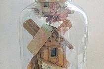 Model větrného mlýna v lahvi.