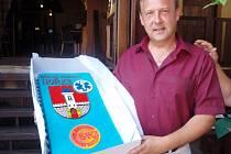 Ředitel hořické nemocnice Petr Adámek s dortem k oslavě udělení akreditace.