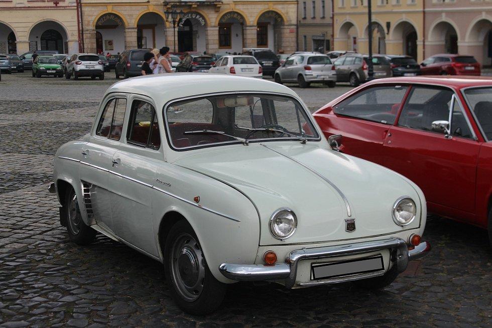 Příznivci přivezli na sraz nejrůznější modely Renaultů od těch nejstarších po úplně nové.